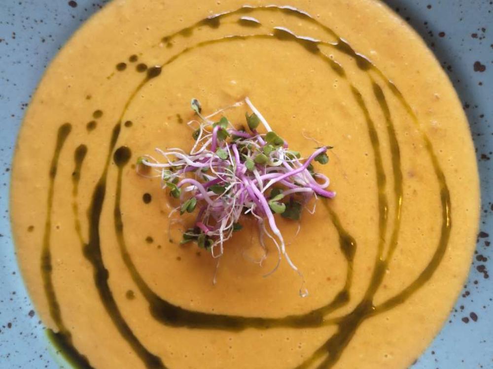 Helenas krämiga soppa med räddad blomkål och morot.