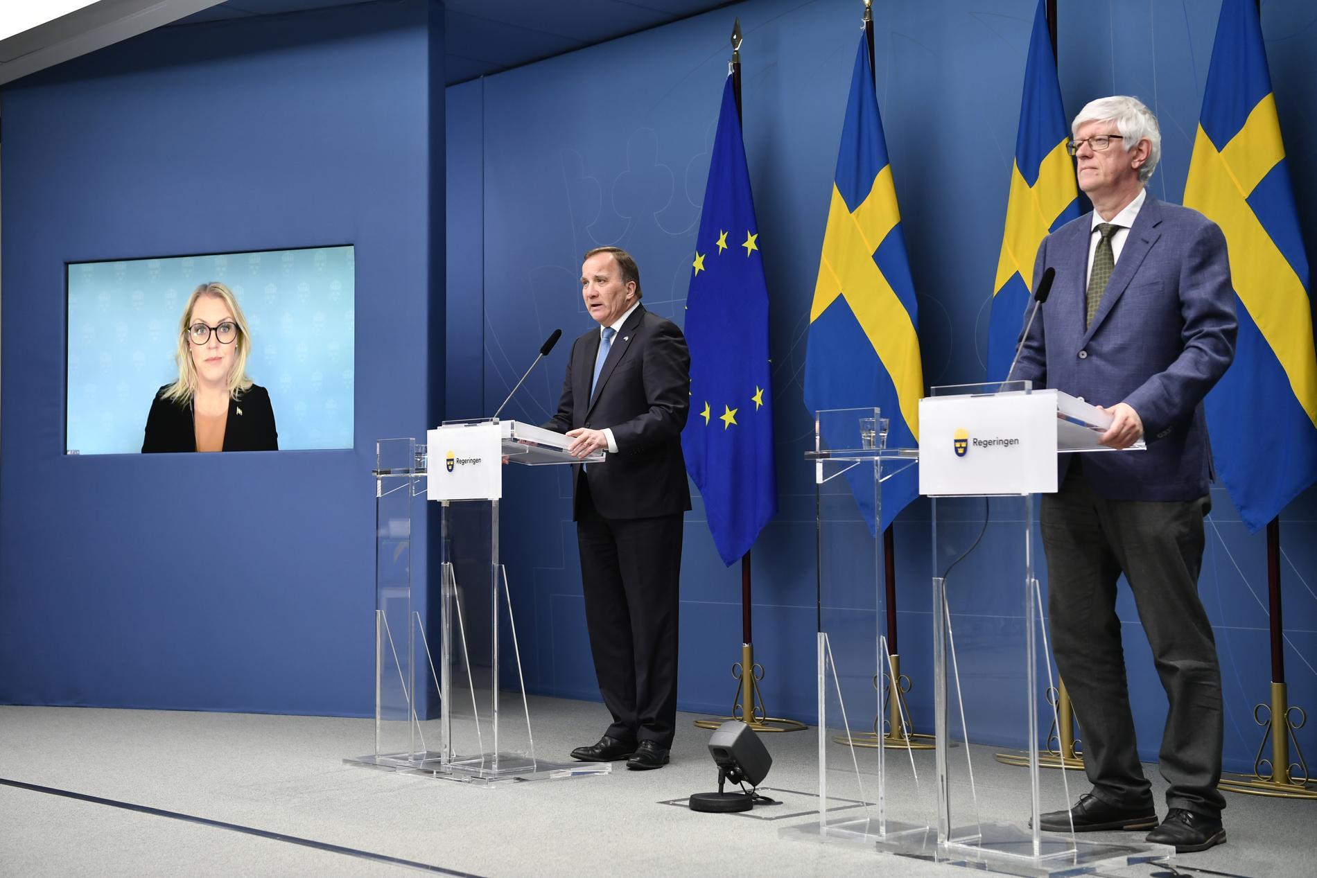 Socialminister Lena Hallengren (S), statsminister Stefan Löfven och Folkhälsomyndighetens generaldirektör Johan Carlson under en digital pressträff i april 2021.