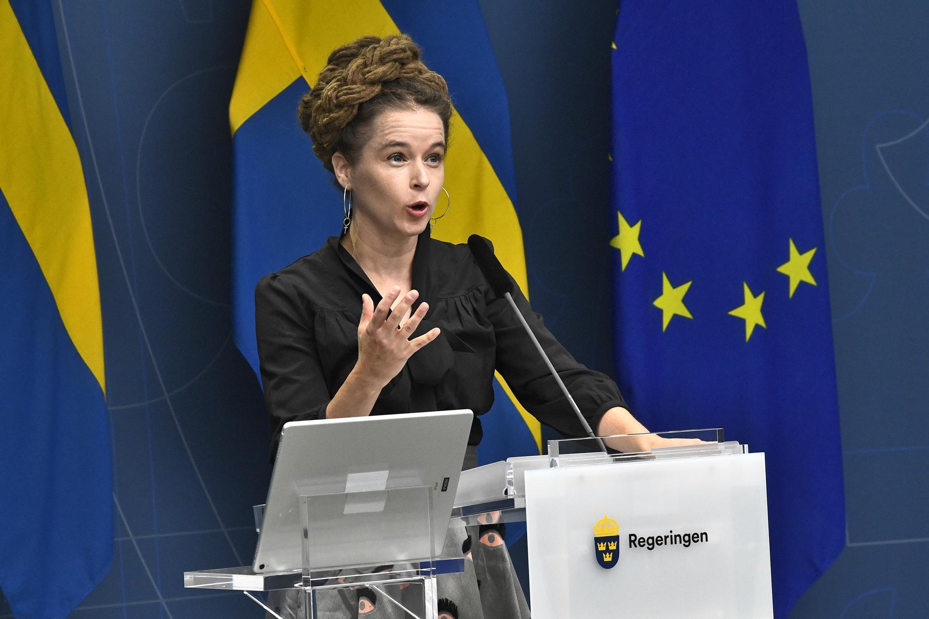 Kultur- och demokratiminister Amanda Lind (MP) på en pressträff där hon presenterade budgetsatsningar inom kulturen.