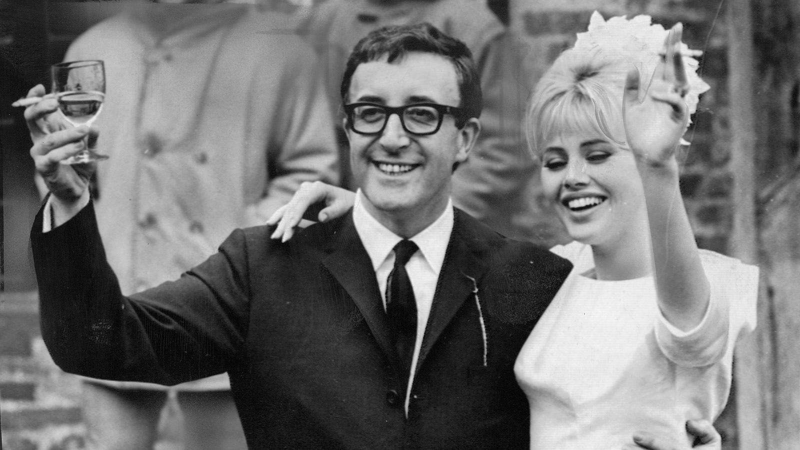 Britt Ekland och Peter Sellers gifter sig 1964.