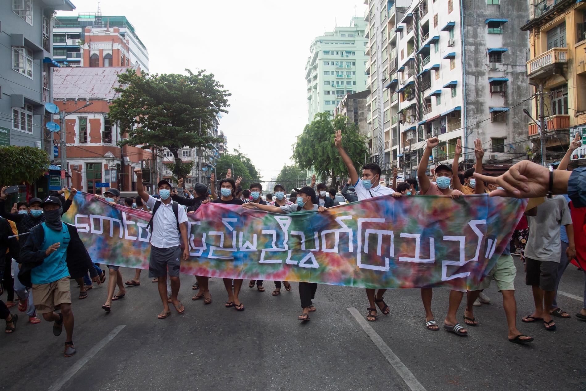 Demonstranter under en protestaktion den 3 juni mot Myanmars militärjunta i storstaden Rangoon.