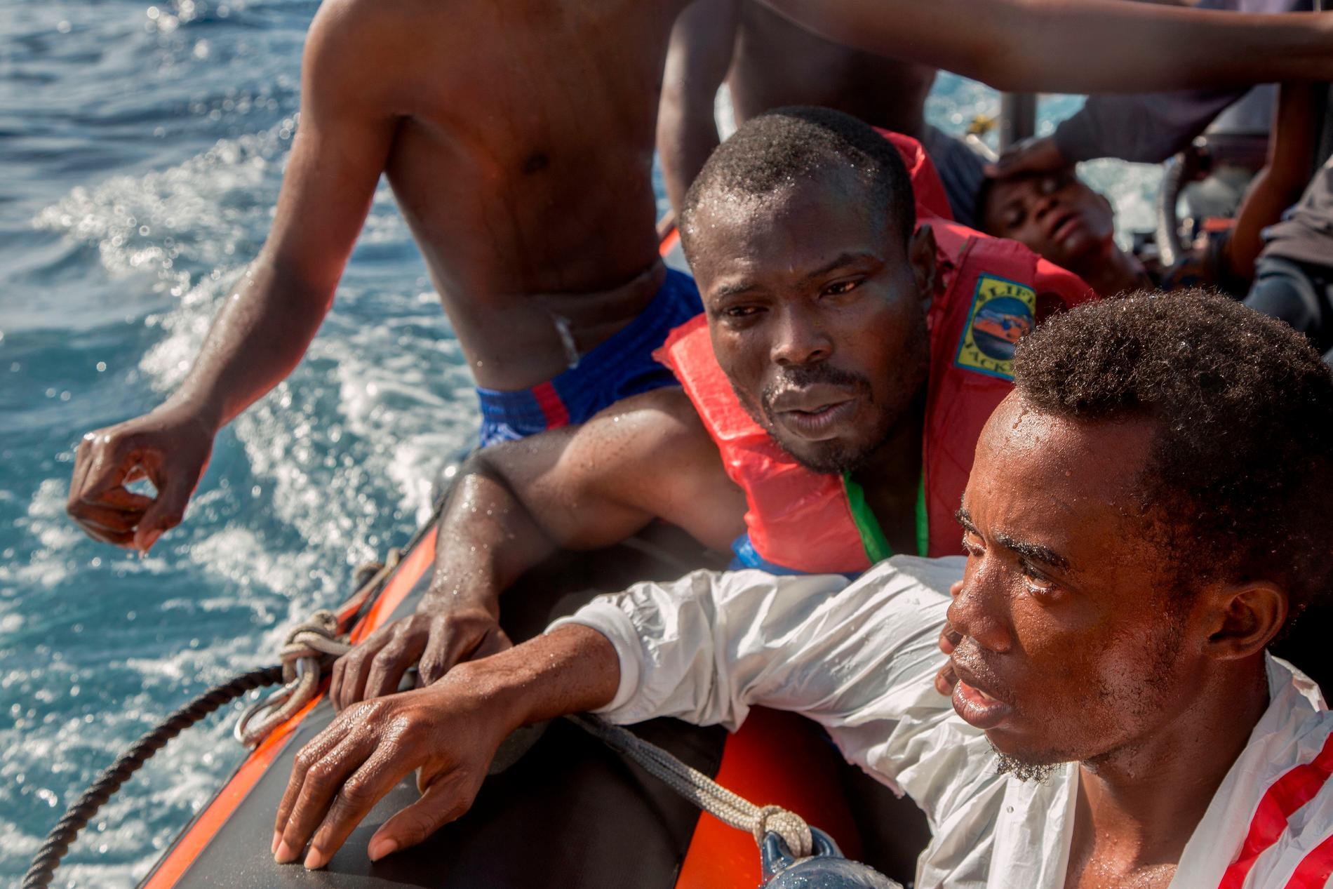 58 personer kunde räddas av den tyska organisationen Sea watch, men fem personer, inklusive ett litet barn, klarade sig inte.