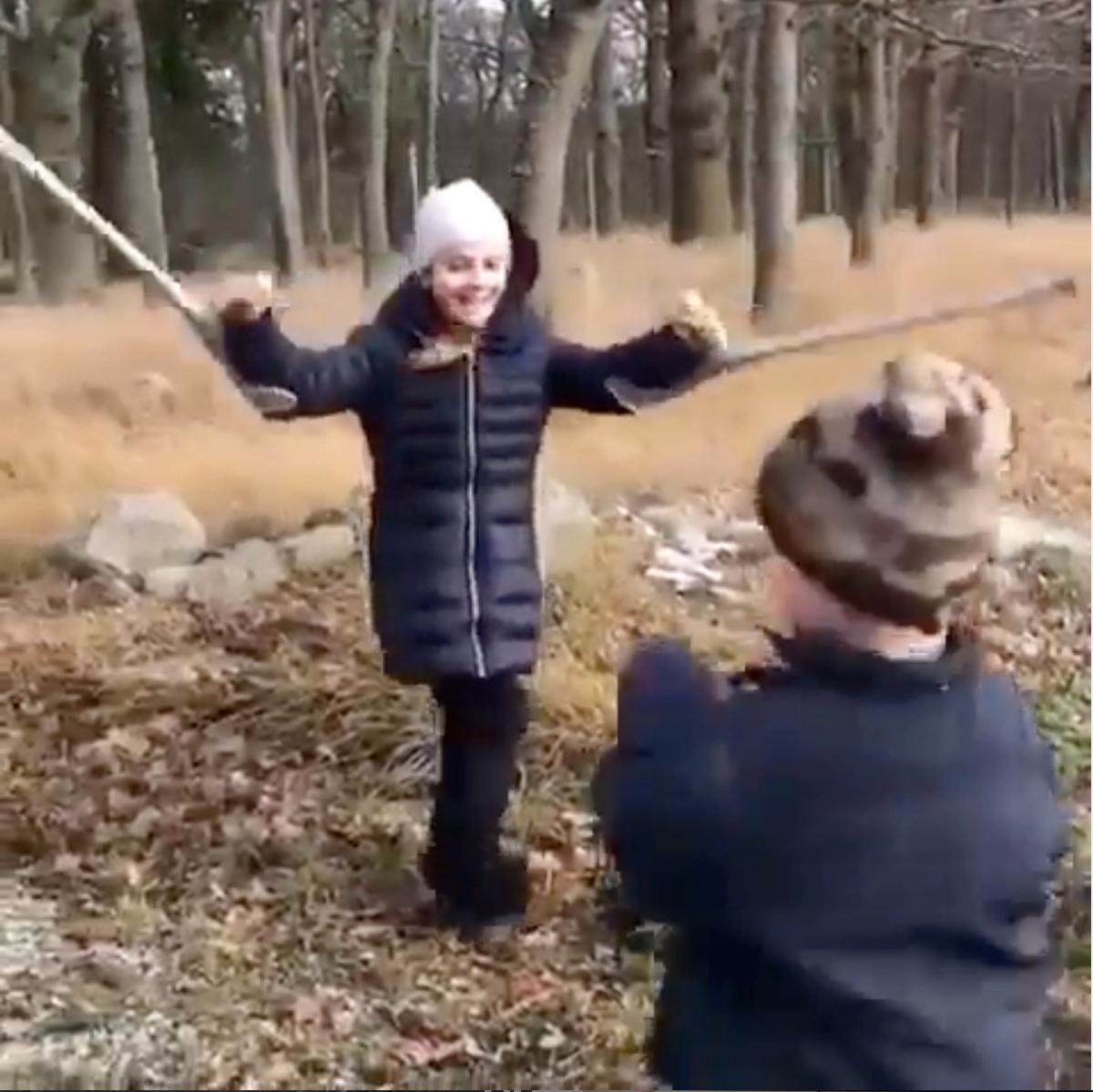 Under nyårshelgen bröt Estelle benet och fick gå med gips och kryckor.