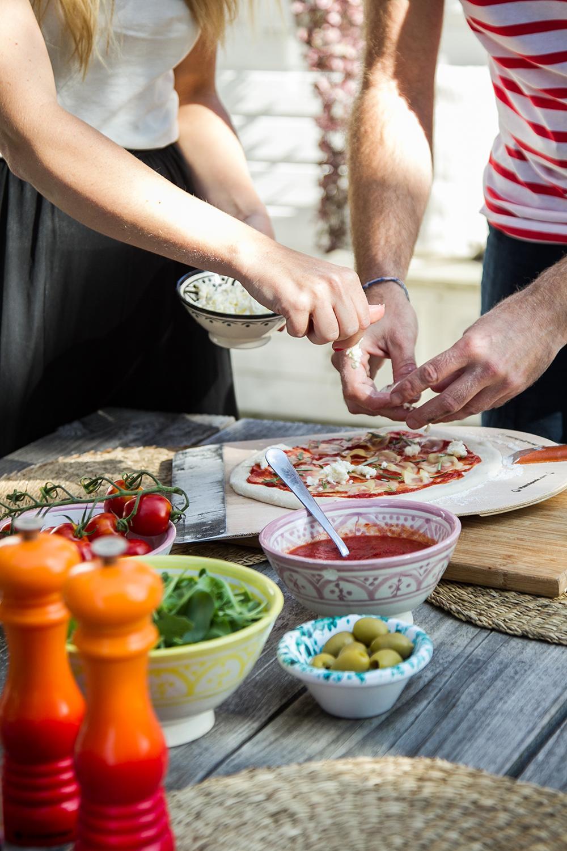 Cornelia och  Mikael förbereder en potatispizza.Tomatsås, tunt skivad potatis, mozzarella och rosmarin.