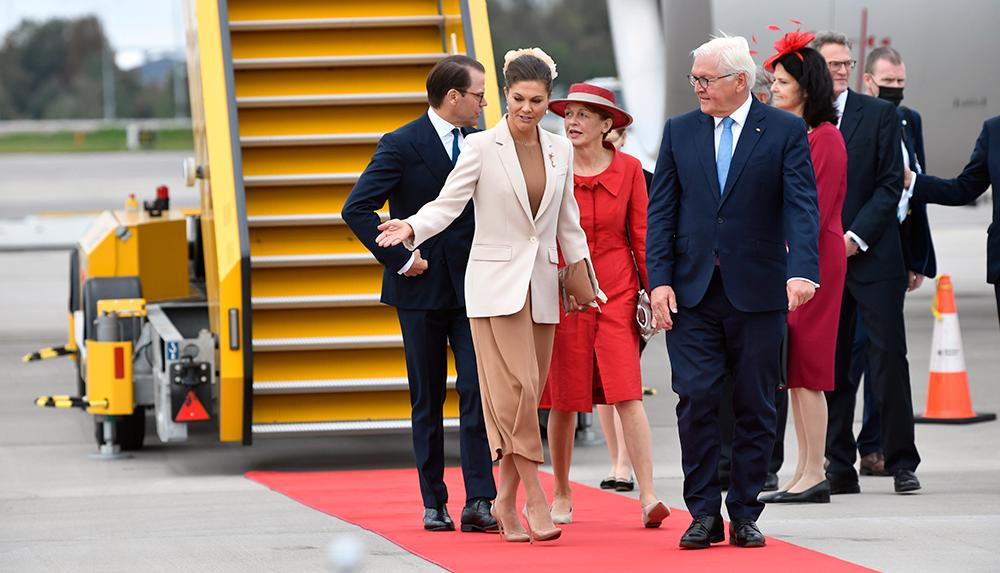 Kronprinsessan Victoria och prins Daniel mötte förbundspresident Frank-Walter Steinmeier och hans fru Elke Büdenbender på Arlanda.