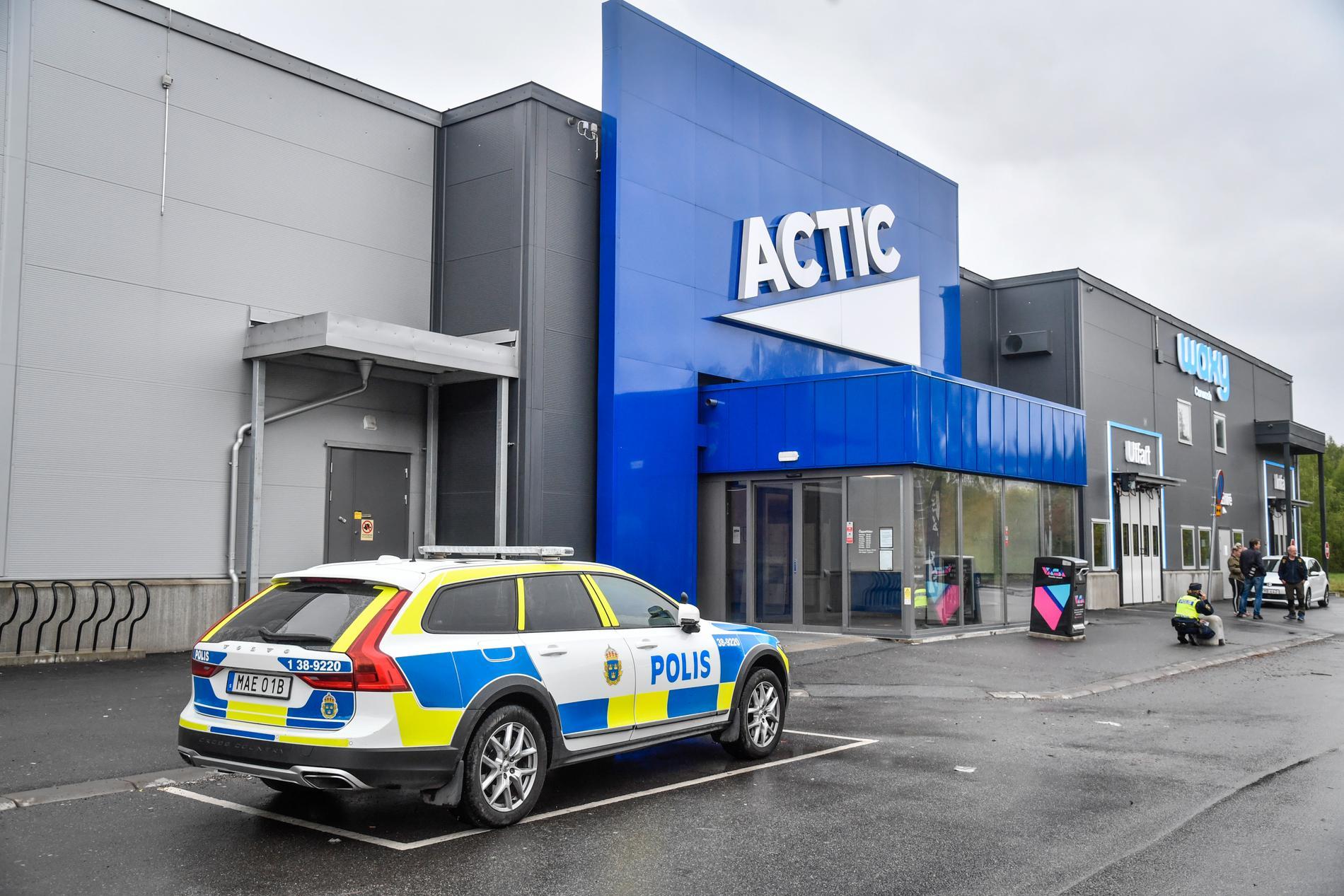 Mordet skedde utanför ett gym vid den välbesökta handelsplatsen i Södertälje.