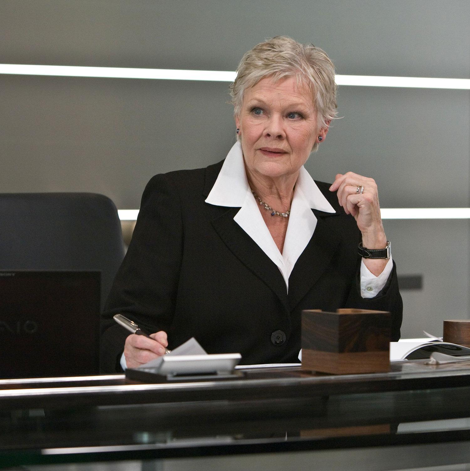 "Tvingas sluta Judi Dench, 77, slutar som ""M""."