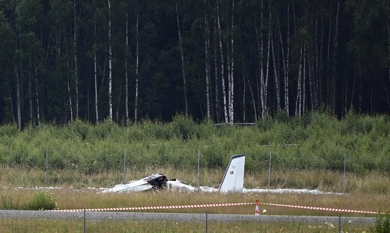 Nio personer dog i flygkraschen. Åtta fallskärmshoppare plus piloten.