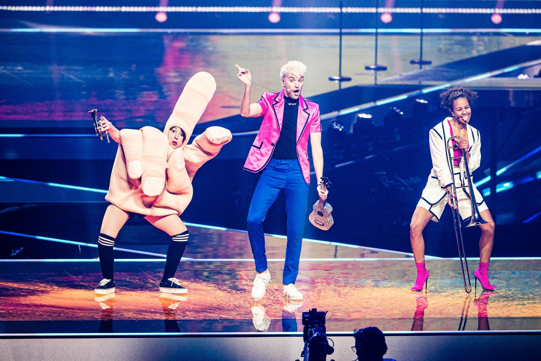 Fredstecknet blir misstänkt likt ett långfinger på Eurovision-scenen under tyska Jendriks repetitioner.
