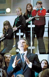 När Tony Blair 1997 utsågs till brittisk premiärminister lovade han göra sitt land europeiskt. Hans regering beslutade att för överskådlig tid skrota EU:s föreslagna nya traktat.