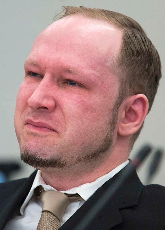 """KÄMPADE EMOT Till slut föll tårarna för Anders Behring Breivik. Men det var inte när hans 77 offer räknades upp. Det var inte heller när larmsamtalet från Utøya spelades upp. Mördarens tårar kom först när hans egen drygt 12 minuter långa Youtubefilm med stillbilder visades. Enligt norska TV2:s expert på läppläsning sa han på väg ut till rätten till sin advokat: """"Det är fint. Det är bra. Det är bara för att det är en emotionell film.""""Foto"""