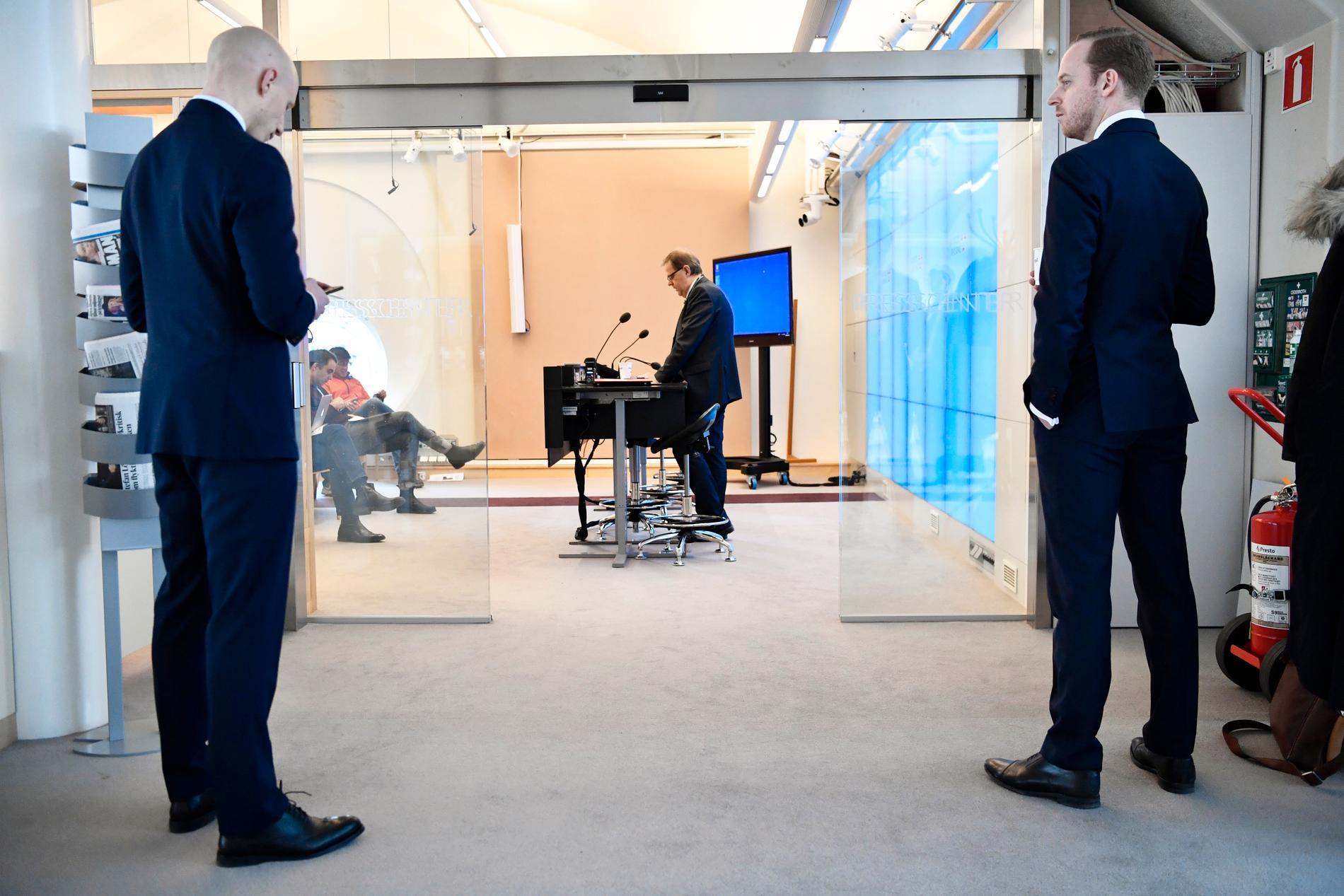 Gustav Kasselstrand, ordförande för det nya partiet Alternativ för Sverige, står utanför riksdagens presscenter, medan partikamraten Olle Felten, talar med media.