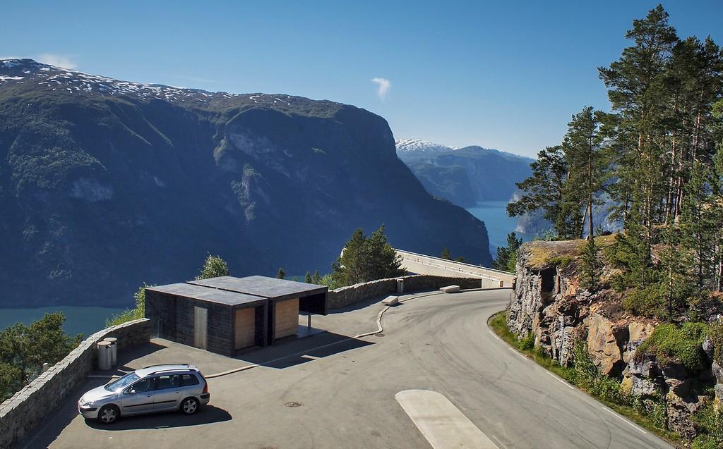 Till höger om toalettbyggnaden syns utsiktsplatsen för en icke-nödige.