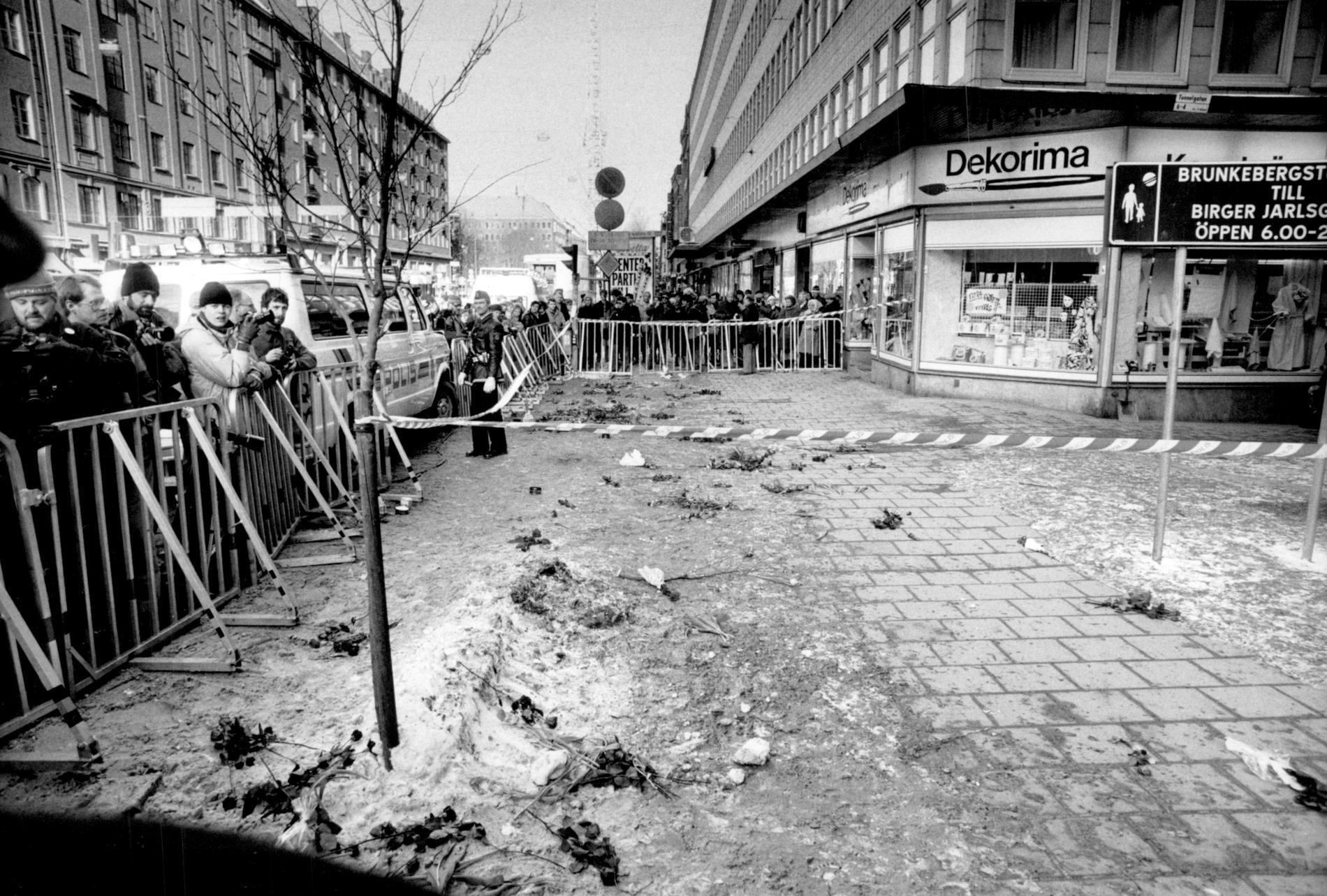 Avspärrningar där Sveriges statsminister Olof Palme sköts till döds den 28:e februari 1986 vid hörnet av Sveavägen och Tunnelgatan.