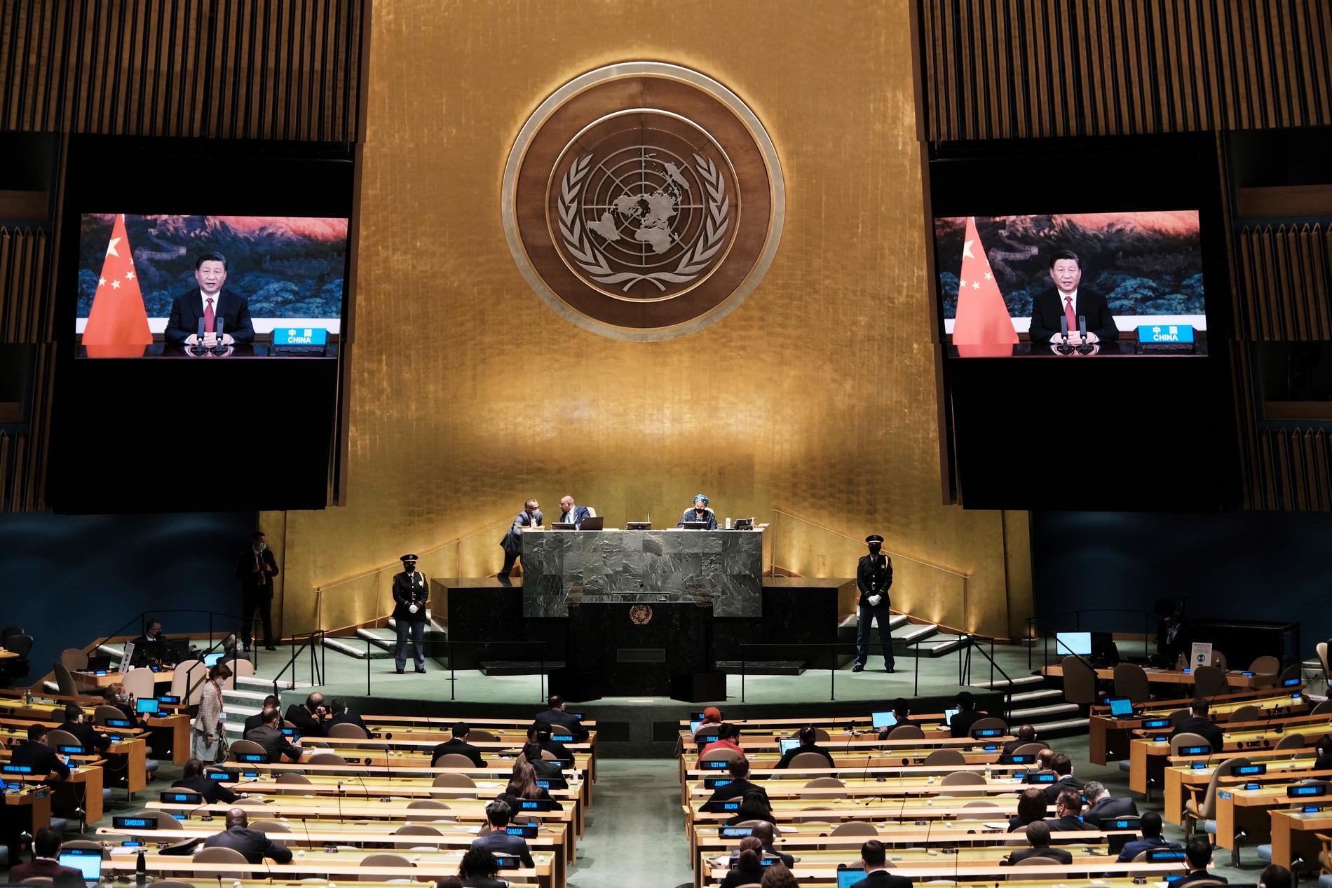Kinas ledare Xi Jinping (på skärmarna) håller sitt förinspelade tal i FN:s generalförsamling.