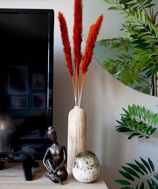 Teven har sällskap av en yogafigur. Vas och ägg från Dollarstore, vipporna är från en lokal blomsterbutik.