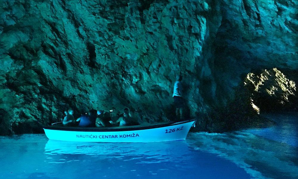 En av de största sevärdheterna är Den blå grottan. Den blir blå eftersom solen reflekteras genom ett hål i berget ner på den silverfärgade sanden.