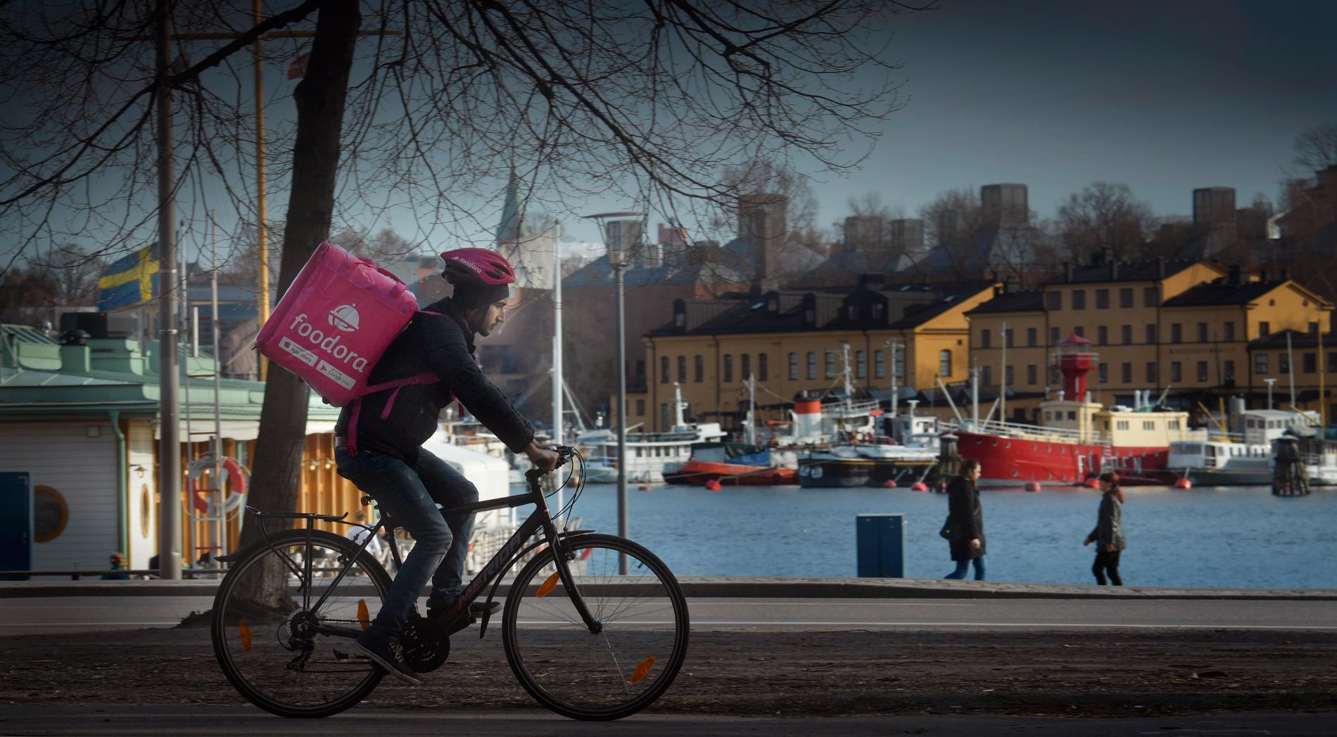 Ett Foodora-cykelbud på väg med en matleverans på Östermalm i Stockholm där de ekonomiska klyftorna är som störst.