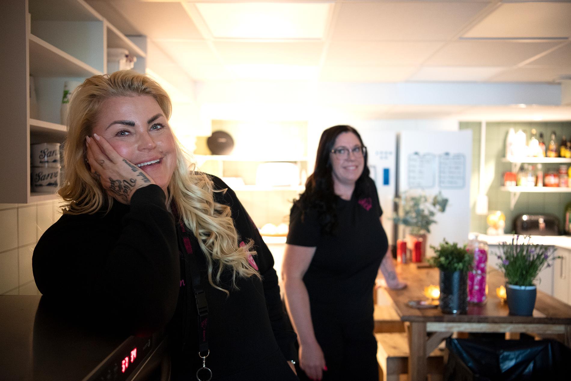 – Vi har nästan alltid väldigt roligt här på gården, säger Jeanette Höglund. Med henne i gårdens kök står Linn Karlsson som varit volontär för Vid din sida sedan år 2020. I februari kunde hon börja jobba för organisationen. Tillsammanns med Jeanette samordnar hon volontärer och bemannar fritidsgården.