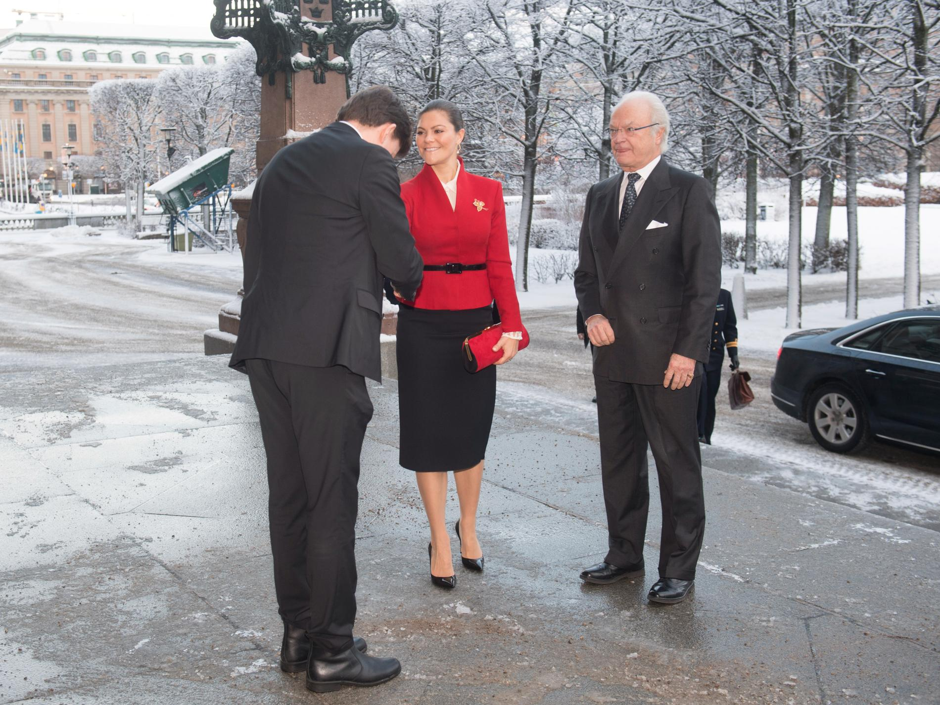 Talman Andreas Norlén tar emot kung Carl-Gustaf och kronprinsessan Victoria inför riksdagens 100-årsjubileum av svensk demokrati och den allmänna rösträtten.