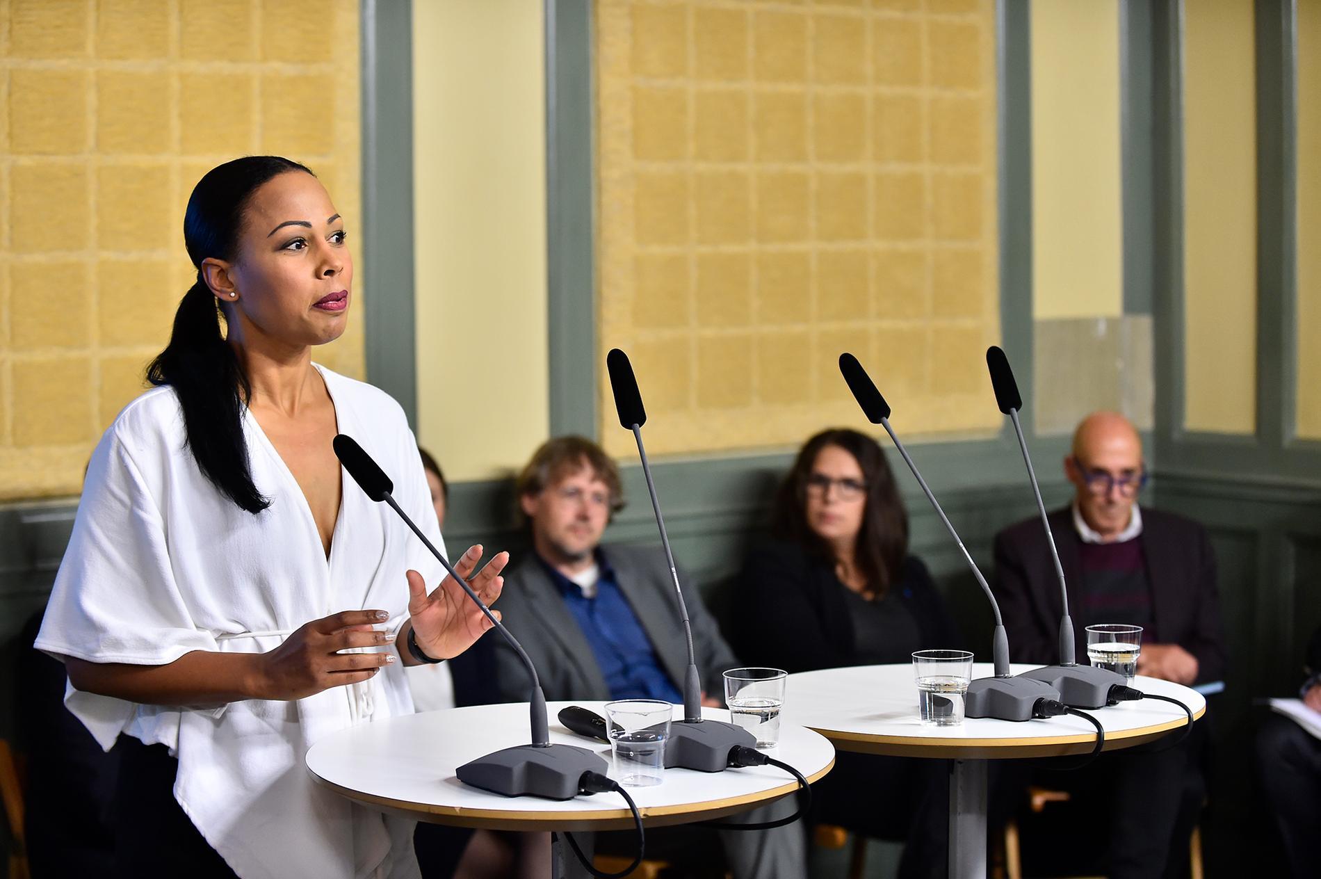 Kultur- och demokratiminister Alice Bah Kuhnke (MP) tar emot den parlamentariska public service-kommitténs delbetänkande om nytt finansieringssystem för radio och tv.