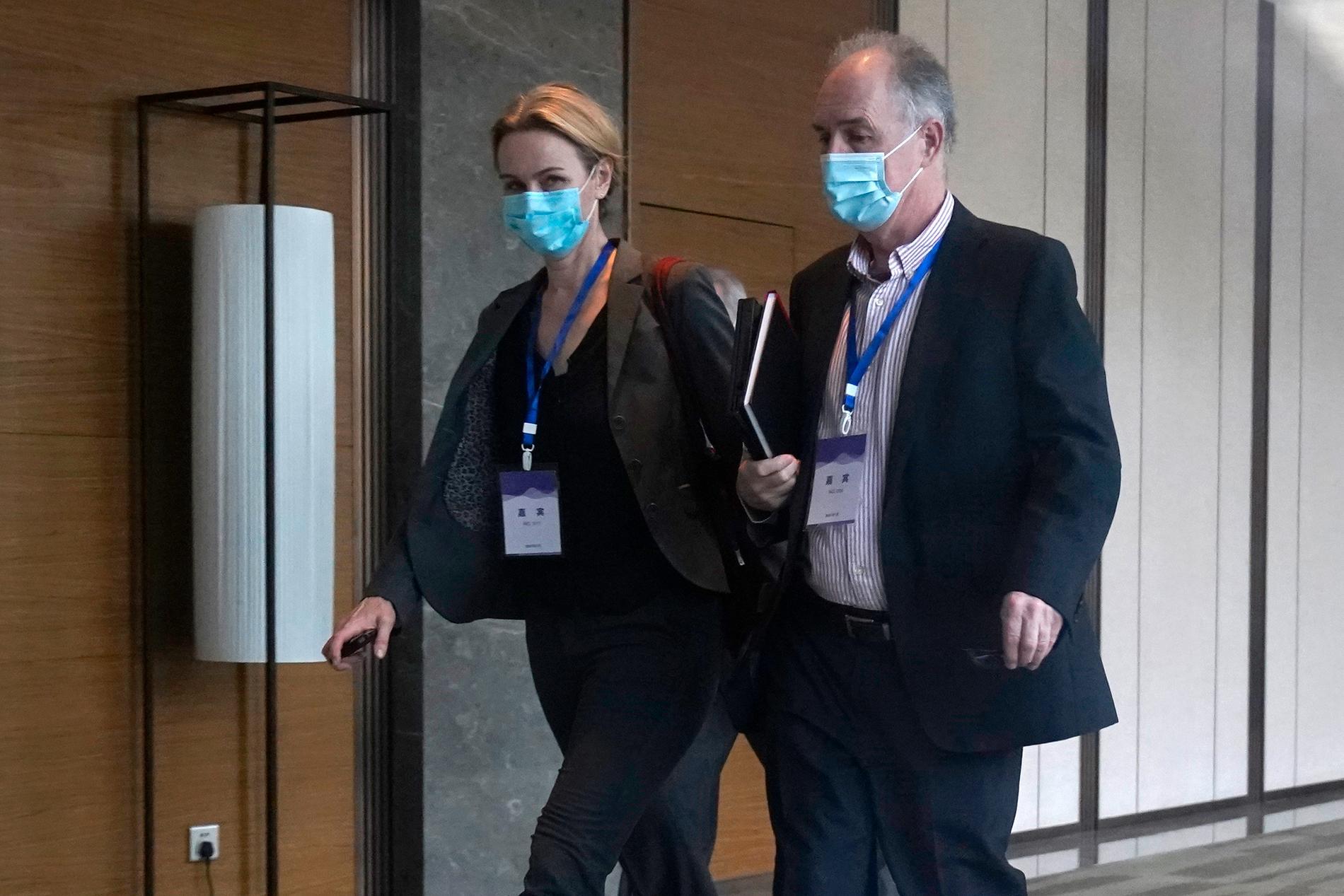 Två av WHO:s experter Thea Fischer och John Watson.