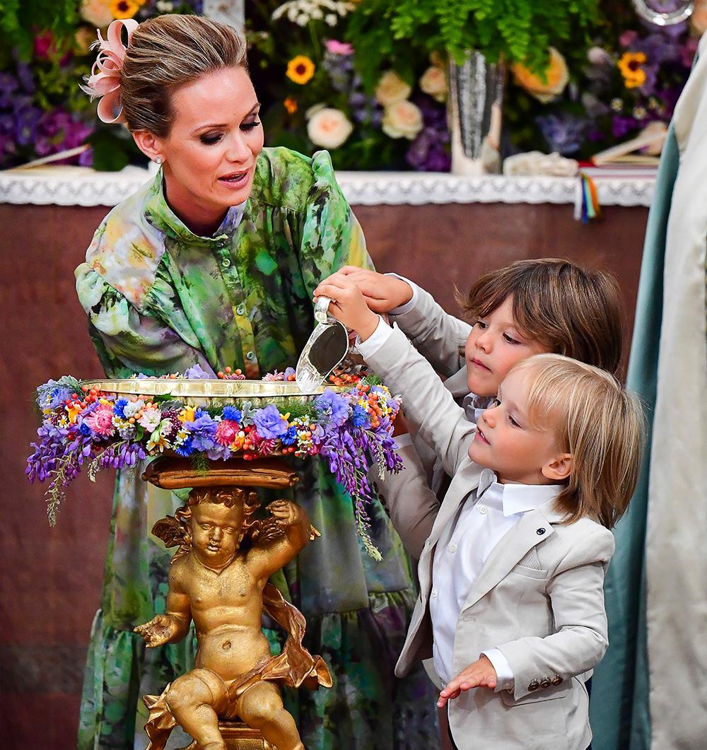 Alexander och Gabriel fick hjälpa till att hälla upp vattnet i dopfunten med lite hjälp av Julians gudmor Frida Vesterberg.