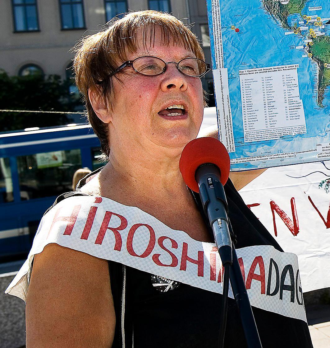 Fredsaktivisten Agneta Norberg vid en manifestation mot kärnvapen 2007.