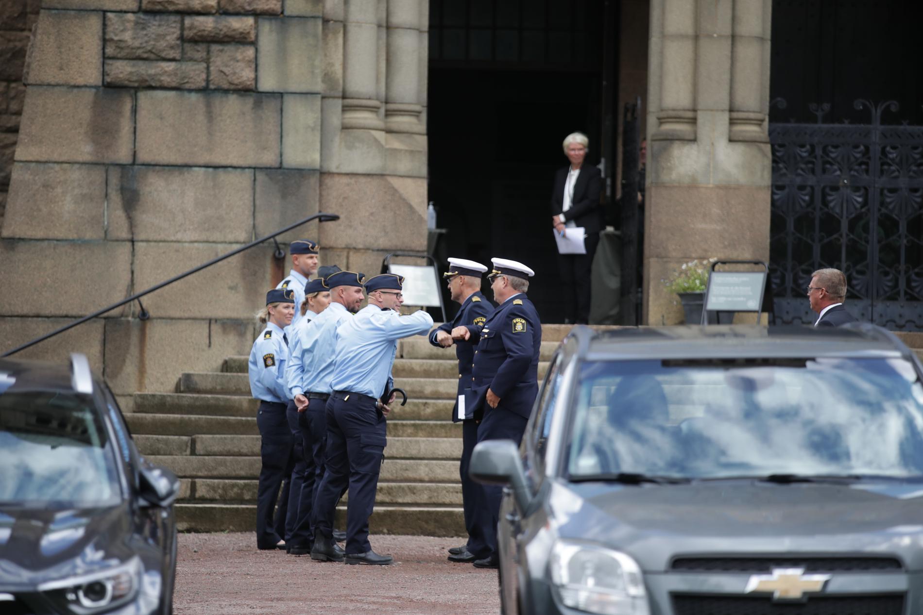 Poliser hälsar inför hedersbegravningen i Vasakyrkan i Göteborg för polismannen Andreas Danman som sköts ihjäl i Biskopsgården.