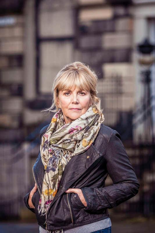 """Kate Atkinson (f. 1951) debuterade 1995 med """"I museets dunkla vrår"""". """"En gud i spillror"""" är hennes sjunde roman som översatts till svenska."""