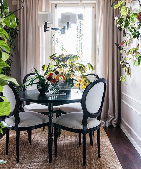 Matplatsen är inredd med både gammalt och nytt. Bordet fick Emelie av en granne, stolarna är Blocketfynd som målats och klätts om, lampan från Ellos är sprayad i mattsvart, matta från Ikea.