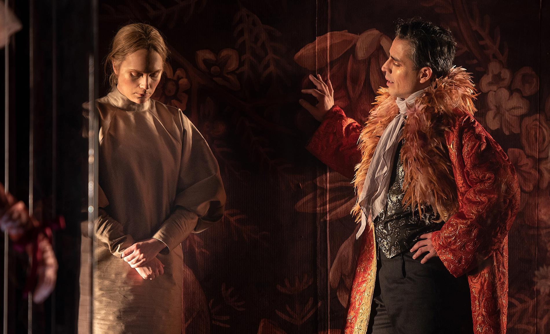 Emma Österlöf och Francisco Sobrado är storslagna som Jane Eyre och Mr Rochester på Folkteatern i Göteborg, tycker Liv Landell Major.