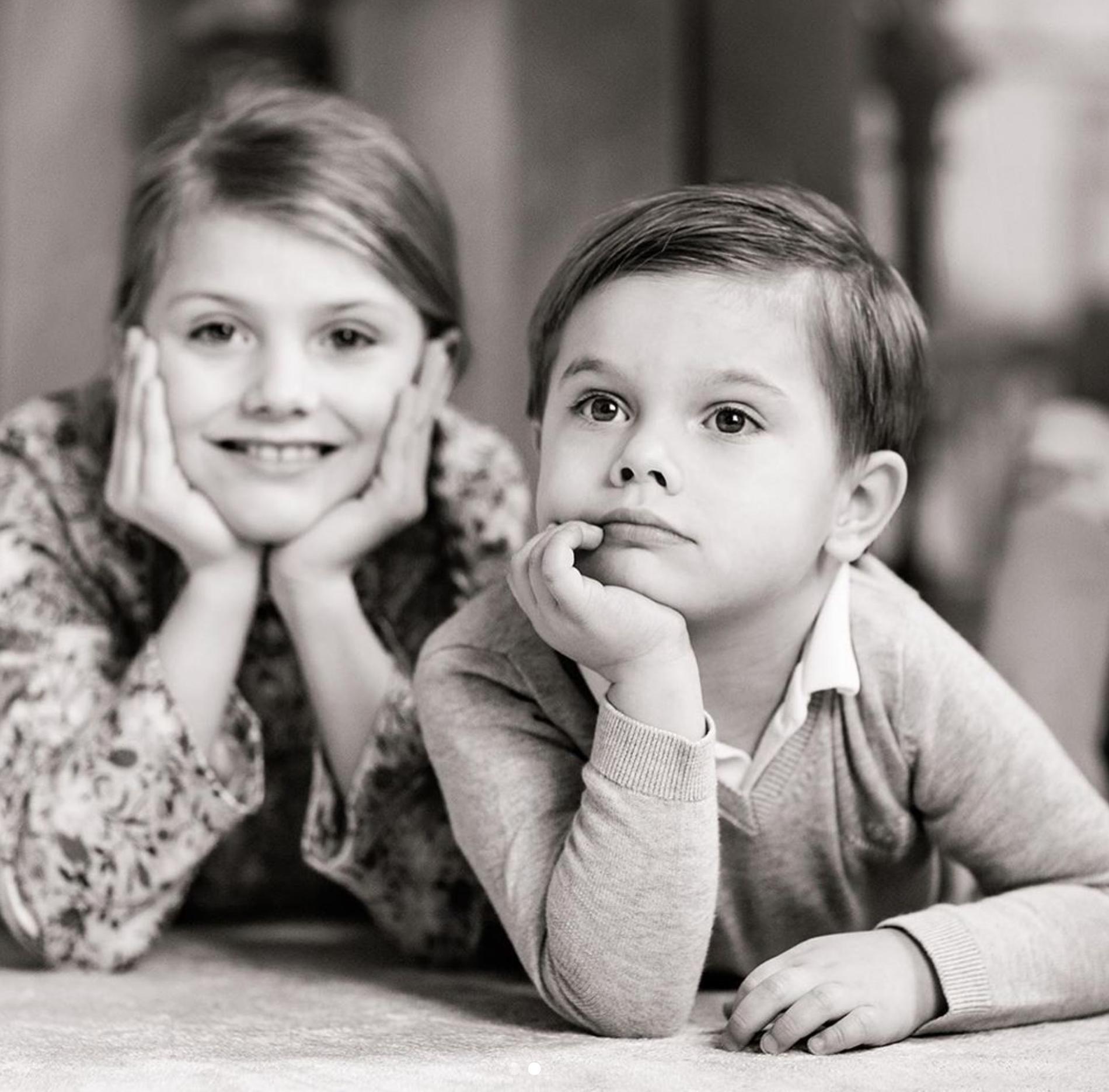 I dag fyller prins Oscar fyra år. På bilden tillsammans med Prinsessan Estelle.