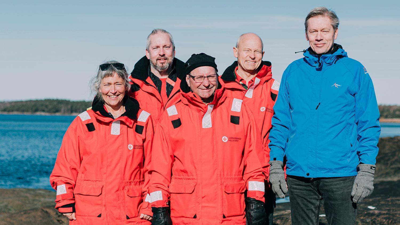 På bilden ses Madeleine Norryd, Svein Egil Husevik, Anders Lindvall och Magnus Rydberg från räddningsstation Grötvik, här tillsammans med Urban Nilsson som de räddade livet på. Nu har de utsetts till årets sjöräddare.