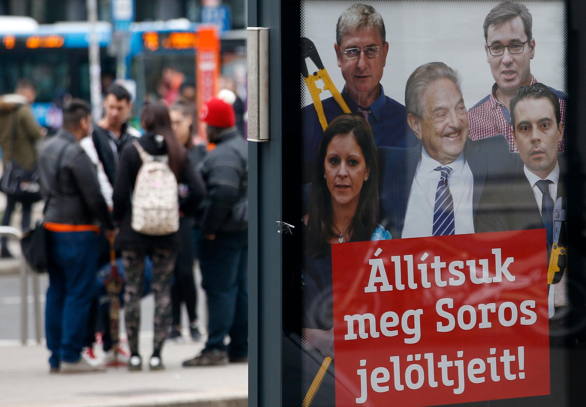 """""""Låt oss stoppa Soros kandidater"""" står det på en affisch från regeringspartiet Fidesz inför det ungerska parlamentsvalet i april i år."""