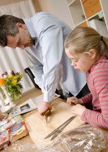 Beröm barnen när de gör bra saker, som att hjälpa till hemma.