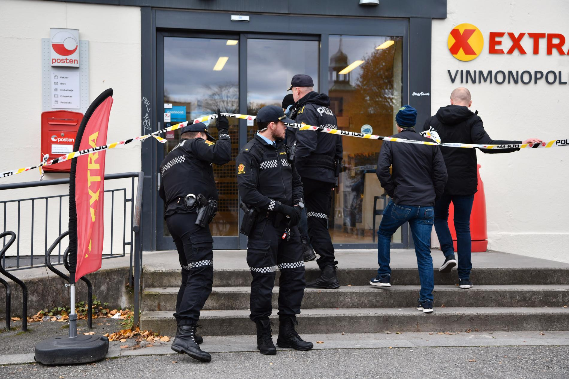 Polis på plats vid Coop-butiken med Vinmonopolet i Kongsbergs centrum på torsdagsförmiddagen.