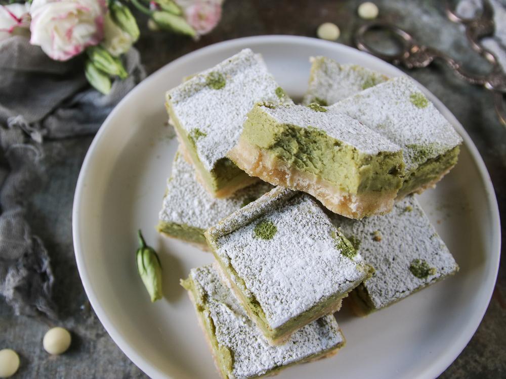 Vit choklad ger de här snyggt gröna rutorna extra söt smak.
