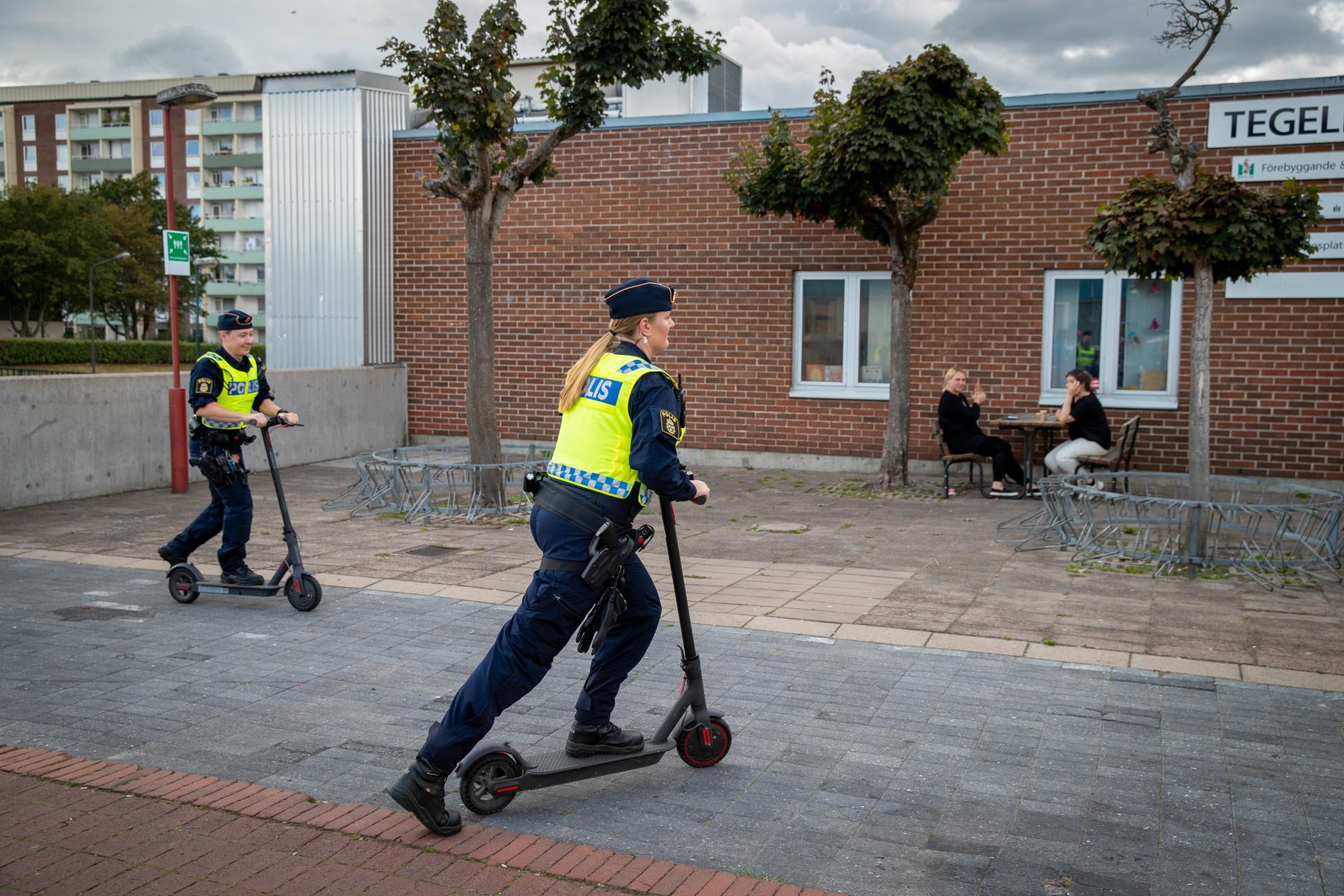 Trygghetsskapande poliser på sparkcyklar i Rosengård dagarna efter upploppet.