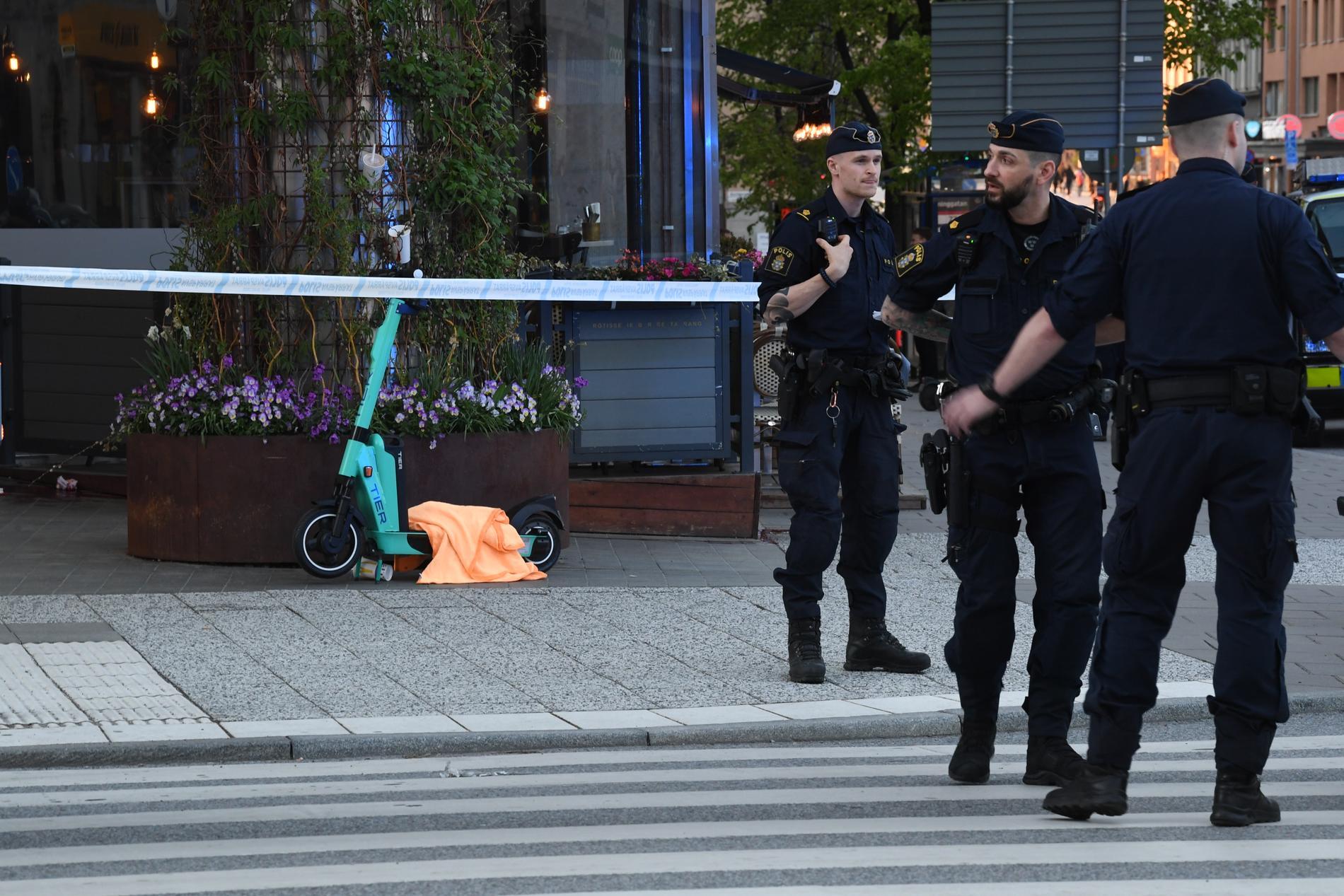 Två män blev nedhuggna vid Västermalmsgallerian på fredagskvällen.