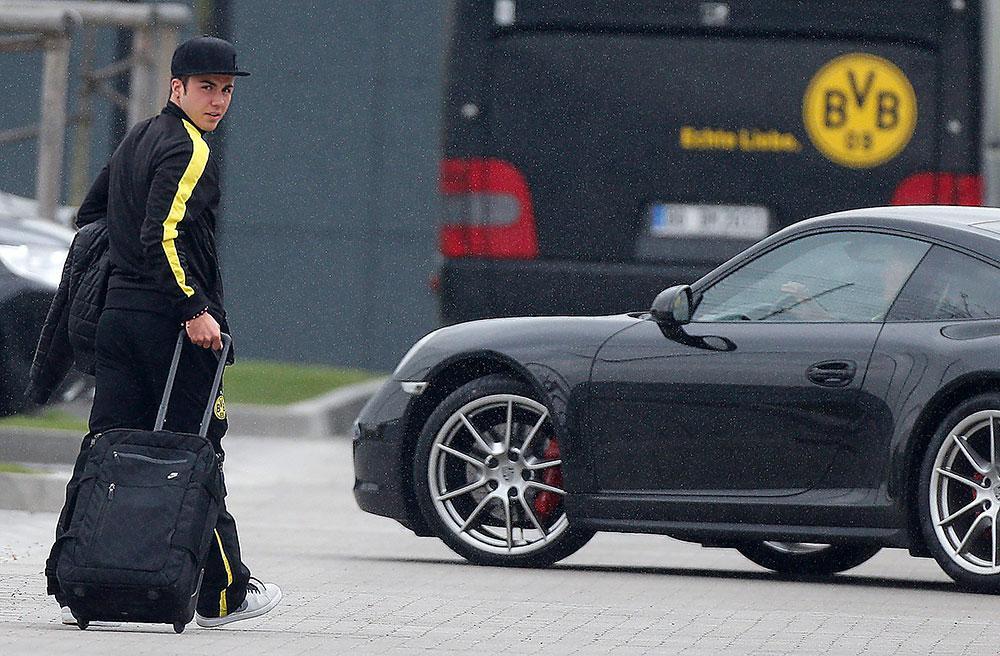 Dortmund har bett fansen stödja Mario Götze i kväll, men 20-åringen behövde polisbeskydd på gårdagens träning.