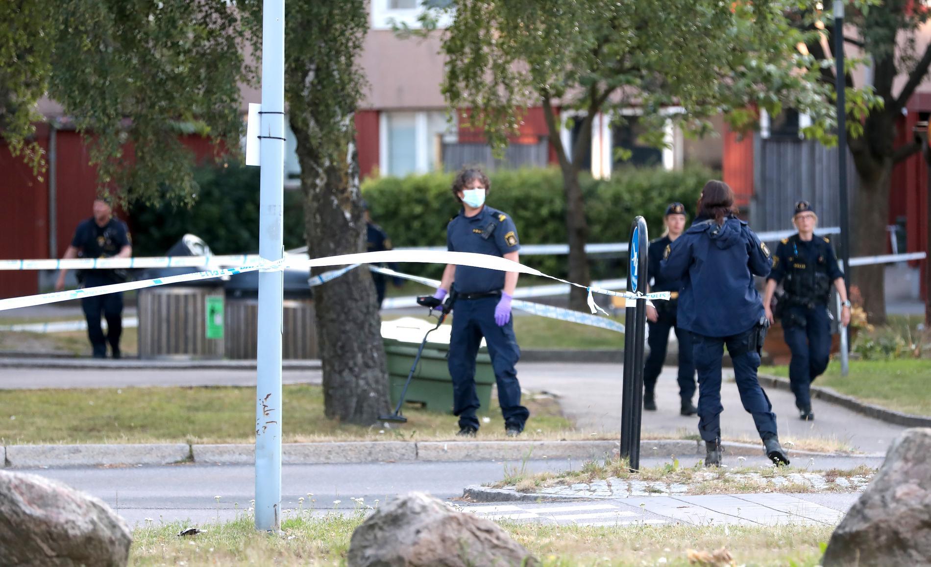 Polisen vid Biskopsgården i Göteborg efter att en polis blivit skjuten till döds.