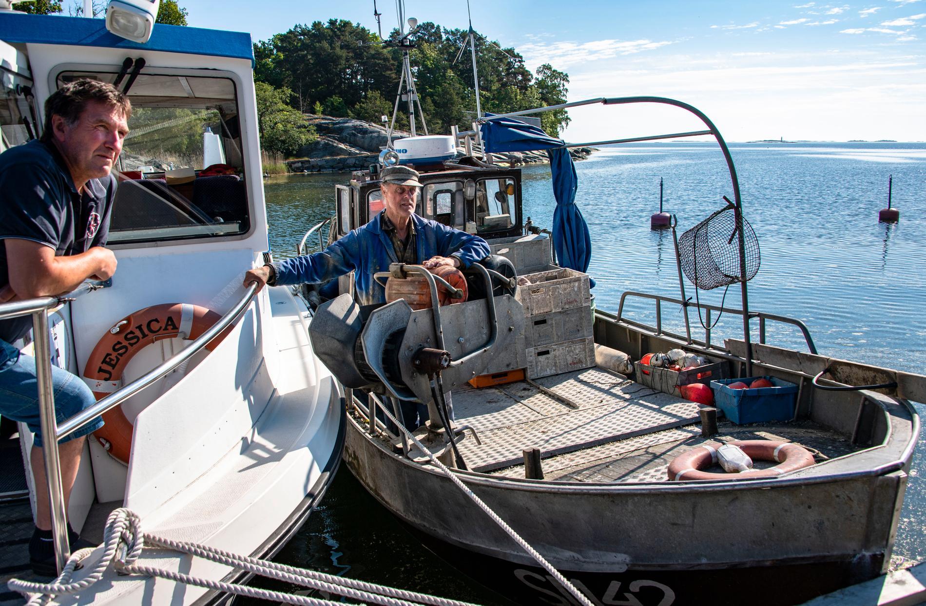 Fiskaren Svenne Westerman kör numera taxibåten Jessica. Rune Wikström håller igång på Kajsa.