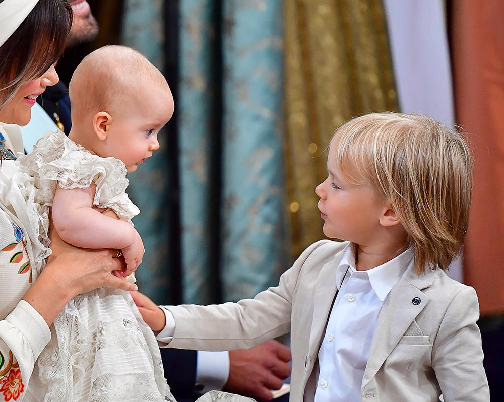 Prins Gabriel pratar med sin lillebror Julian.