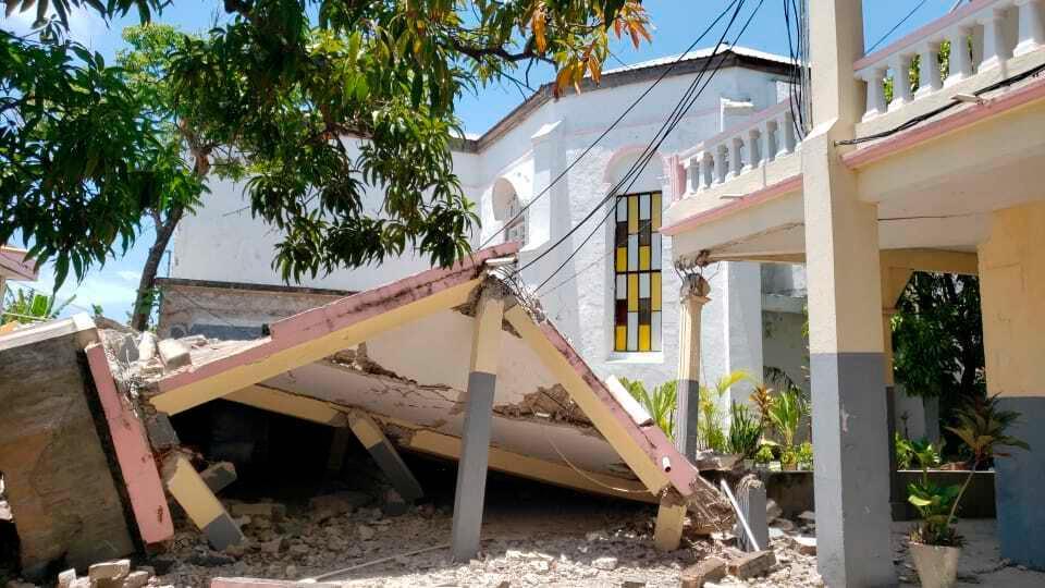 En rasad kyrka i Les Cayes på Haiti.
