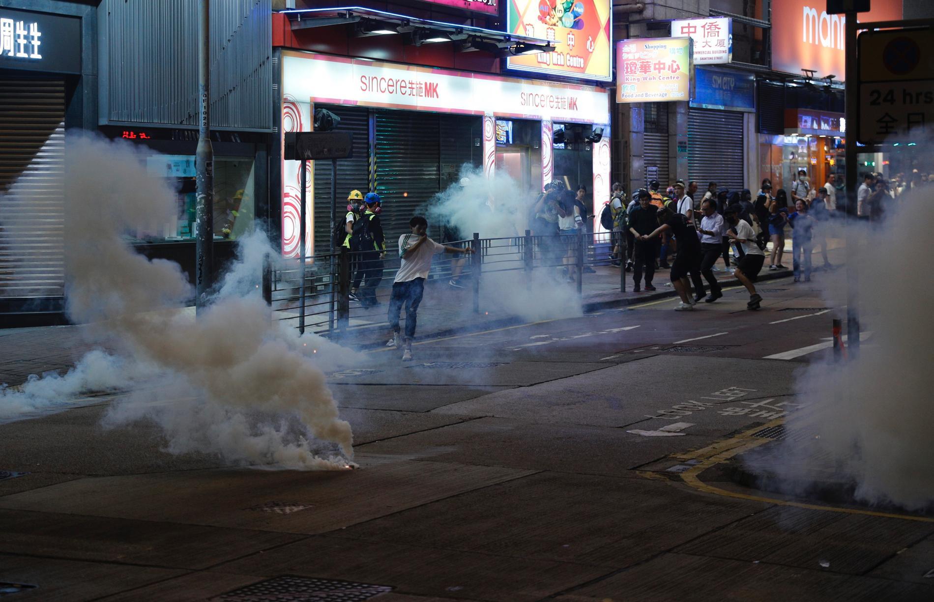 Polisen använde på söndagen åter tårgas mot de som protesterar i Hongkong.