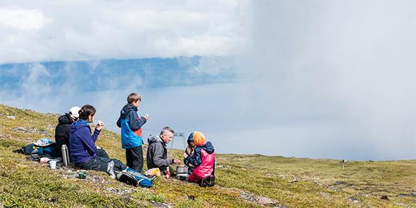 Familj tar en paus på vandringsleden.