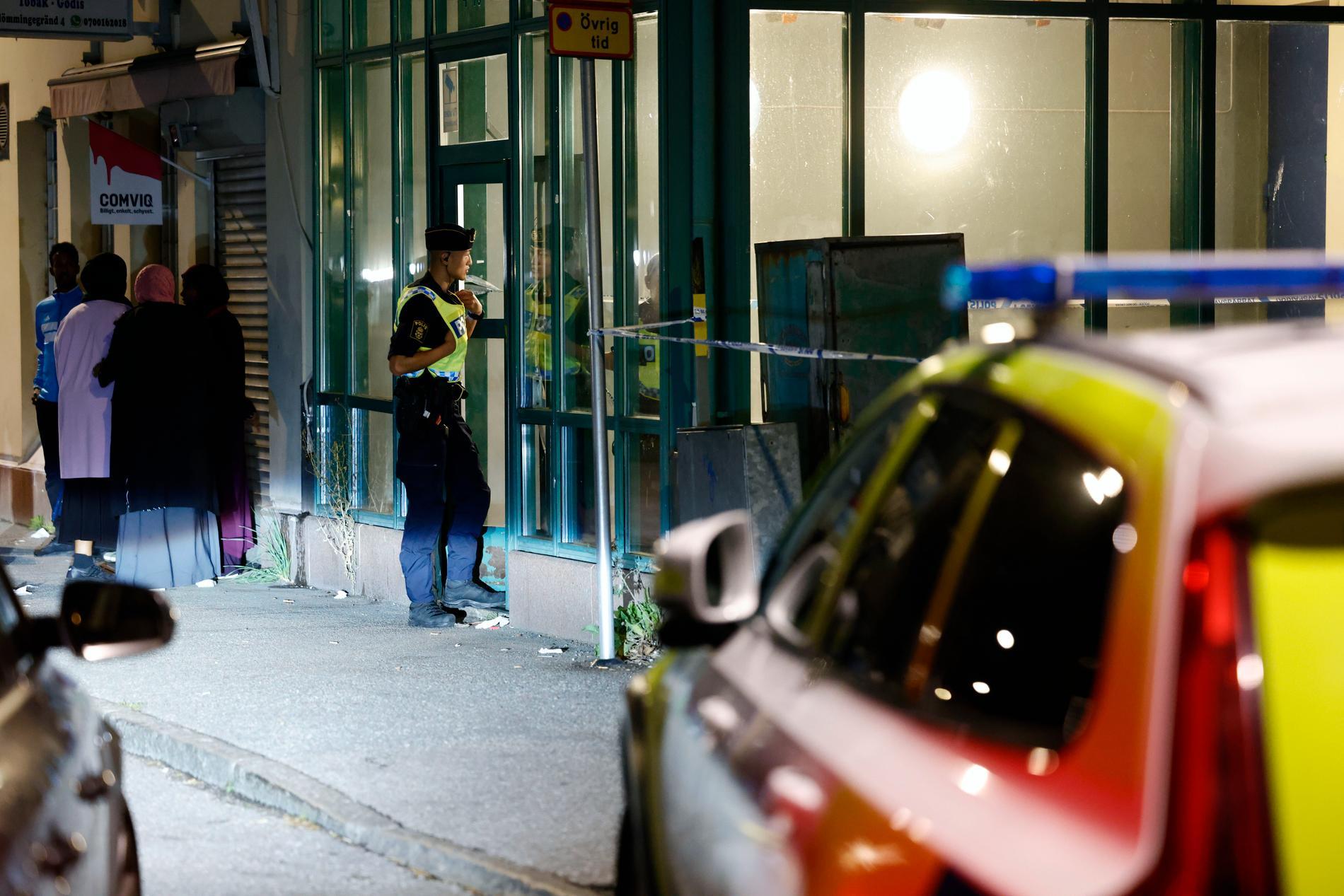 Stort polispådrag i Tensta i nordvästra Stockholm på måndagskvällen – två män har hittats skadade efter larm om skottlossning.