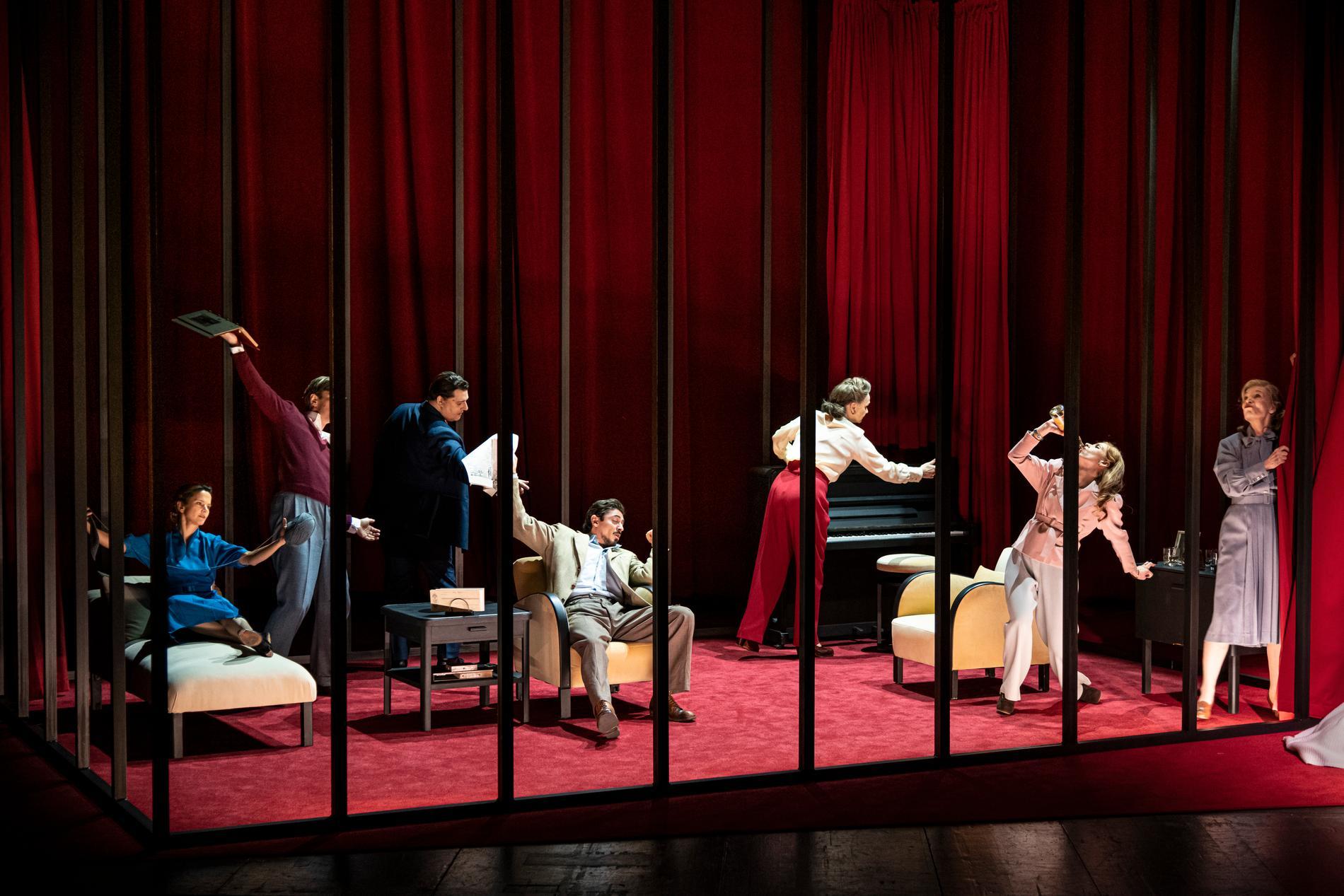 """Ensemblen i Lillian Hellmans """"Vakten vid Rhen"""" på Dramaten."""