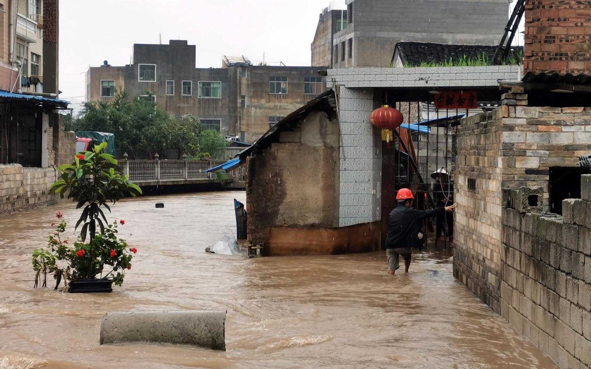 Södra Kina har drabbats hårt av regnoväder sedan början av juni. Bilden är från Huishui i Guizhouprovinsen.